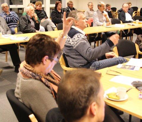 Senterpartiet, her ved Laila Espedal og Tore Hans Mikkelson, valde å følgje fleirtalet og gjekk inn for at Småkraft skal få full utbygging i Skurvedalen. Thore Håland (uavhengig) i forgrunnen og smilande grunneigarar på tilhøyrarbenken bak.