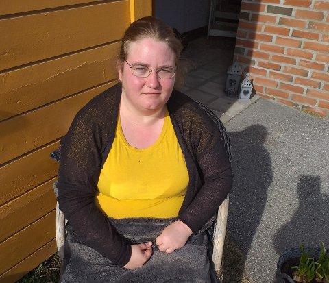 UTENDØRS: Jeanette Grindbakken bruker mye tid på å sitte utenfor leiligheten sin og tenke.