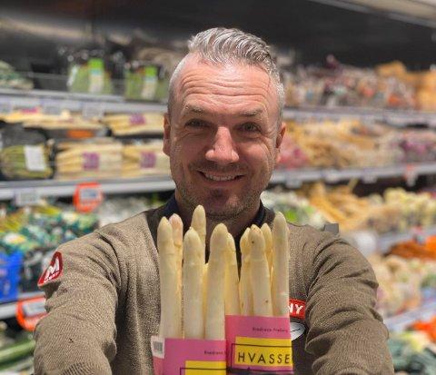 GLISER BREDT: Kjøpmann Jørn Helgerud er fornøyd med å ha skaffet seg norskprodusert hvit asparges. Foto: Privat