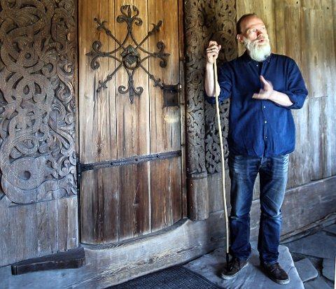 ENTUSIAST: Anders Kvåle Rue ved omvising i Heddal stavkyrkje. Han er svært entusiastisk overfor de nye funnene.