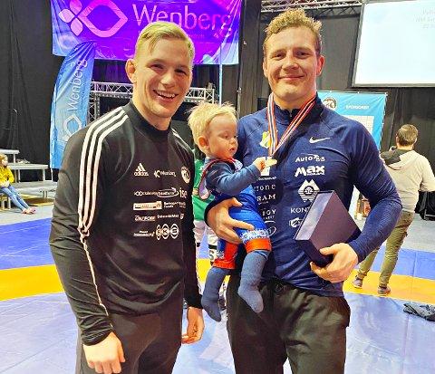 Felix Baldauf vant gull i NM. Her sammen med fadderbarnet Emil og hans pappa Petter Karlsen.