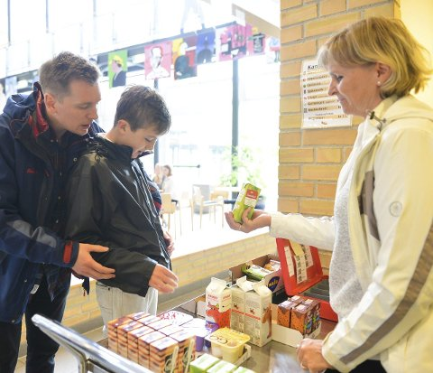 DAGENS JUICE: Med hjelp av Kjetil Hennum Andersen kjøper Kristoffer Rør juice i kantina av Elisabeth Søfteland.