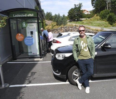 Måtte vente: Frank Robert Andreassen fra Bryne var en av dem som fant fram til Tvedestrands eneste hurtigladestasjon mandag ettermiddag. Foto: Øystein K. Darbo