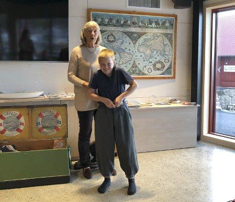 Førstereisgutt: Alfred (11) får på seg klær som førstereisgutter brukte under seilskutetiden. Bente Klingenberg forteller, forklarer og demontstrerer hvordan livet og kystkulturen var på den tiden. Foto: Siri Fossing