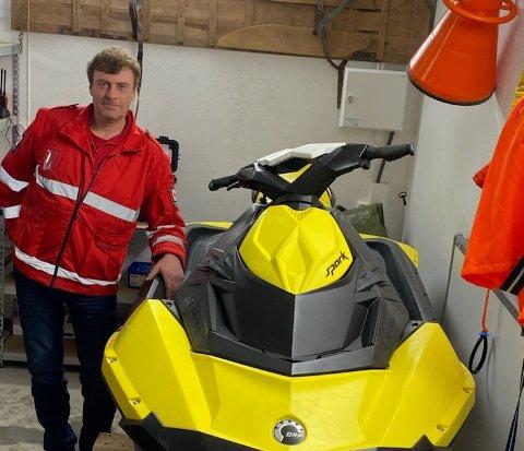 NYANSKAFFET: Ola Bakke, leder i Høre/Vestre Slidre Røde Kors, med vannscooteren som veier 160 kilo. Ikke verre enn at den kan bæres av et redningslag et stykke om nødvendig.