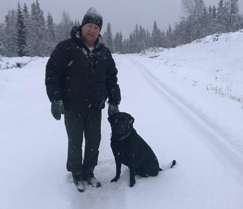 ENERETT: Steinar Nygård og jaktlabradoren trives, til fots, i marka. Nå reagerer han på at noen traseer i Nittedal på vinterstid tydeligvis er forbeholdt, og gitt med bruksrett, for kun de med ski på beina.