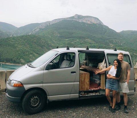 Sturla Sollid Simonsen (24) fra Nesodden og Vanina M. Vergara-Gamarra (25) har reist fra Nesodden til Catalonia i en gammel varebil.