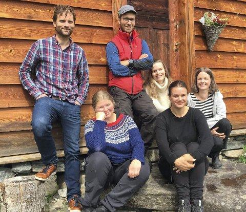 «husmann»: Fra v: Morten Svartveit, Rannveig Djønne, Torkjell Lunde Børsheim, Kjærsti Odden Skjeldal, Ruth Lillegraven og Annlaug Børsheim har premiere på bestillingsverket «Husmann» på Kvemmadokkje i Ulvik på lørdag. – Det er stor stas å få være med på dette, sier Svartveit. foto: privat