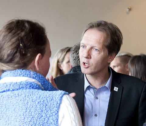 Sartor-eier og Høyre-politiker Ernst M. Einarsen mener det er en god ide å få til noe samlende i Sotra-fotballen.