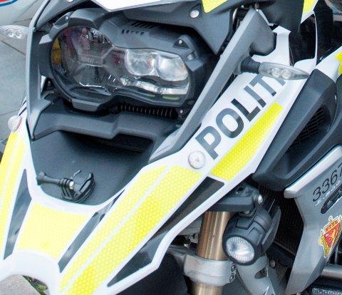 En betjent i Vest politidistrikt måtte bruke all sin MC-erfaring for å unngå å bli truffet da han ville stanse en motorsyklist.