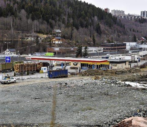 Parkering: Snart vil tomten ved Esso i Kobbervikdalen være full av biler. Fra 1. juni er det shuttlebusser som bringer deg inn til sentrum i stedet for eget kjøretøy. Foto: Sven-Erik Røed