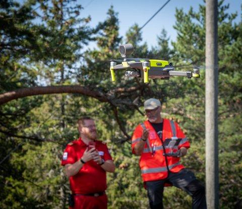 KAN BLI BRUKT I SØK: Korpsleder i Røde Kors, Thomas Evjen, tester ut bruk av drone i samarbeid med dronepilot Stig Førrisdal.