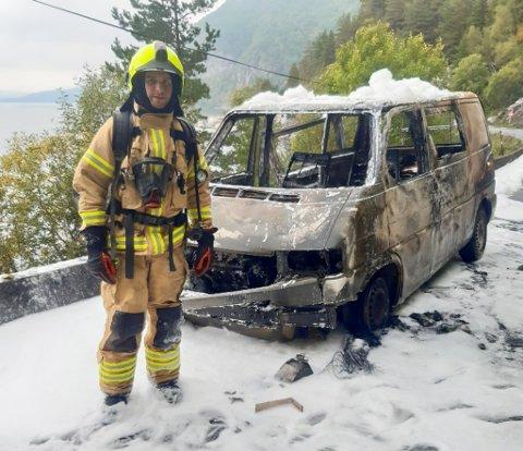 BRANN: Eirik Mjømen i Hyllestad brann og redning var ein av dei ti brannkonstabelane som rykte ut til bubilbrannen i Hyllestad torsdag føremiddag.