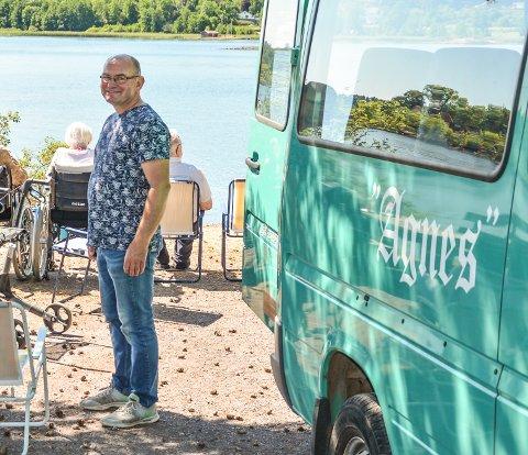 FAST SJÅFØR: Ragnar Paulsen kjører Agnes-bussen, og sørger for at de gamle får komme seg ut for å oppleve noe.