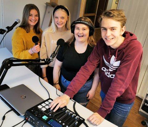KLARE FOR OPPTAK: Anna Karoline Brænden Stenseth (fra venstre), Aurora Vindorum, Maria Olafsen Sveen og Magnus Reenberg Weihe er bak mikrofonene i den første utgaven av uPoden.