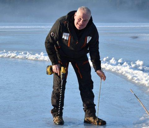MILDVÆR: Det har blitt varmere i været, men Geir Nodeland er ikke bekymret for kvaliteten på isen på Harestuvatnet. Likevel anbefaler han folk å ferdes med forsiktighet.