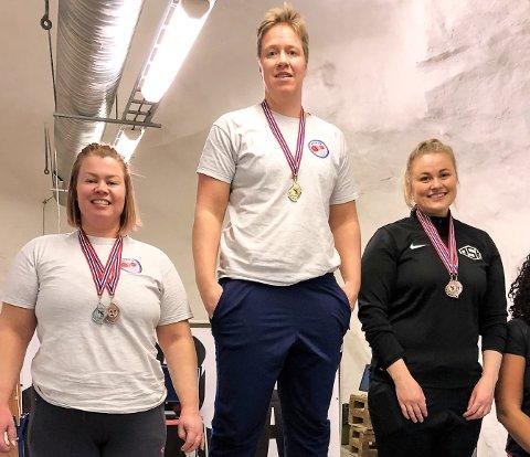 GULL OG SØLV: Maria Birkeli (i midten) og Hege Wold Johansen (tv) tok gull og sølv i benkpress under Regionmesterskapet i styrkeløft.