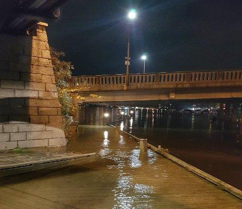 Deler av bryggepromenaden ved Tista lå under vann mandag ettermiddag.