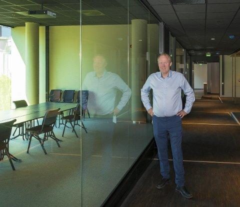 VANSKELIG: Hotelldirektør Frode Åkerland hos Scandic Hamar har laget ferdig nye kurs- og konferanselokaler. Nå har han kalt tilbake halve staben og gjenåpnet hotellet. Foto: Jo E. Brenden