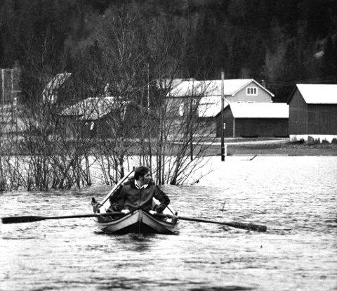 I 1978 ble Vefsn rammet av en skikkelig storflom. Her er det Gunnar Kvalfors som ror langs Vestersivegen med nesten to meter vanndybde under seg.