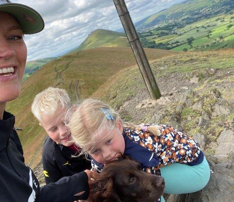 KORONAFRI: Mona Jensen og de to barna, Freya og Thor kan nå endelig møte mormor igjen etter å ha vært i korona-karantene på hytta i Fiplingdal.