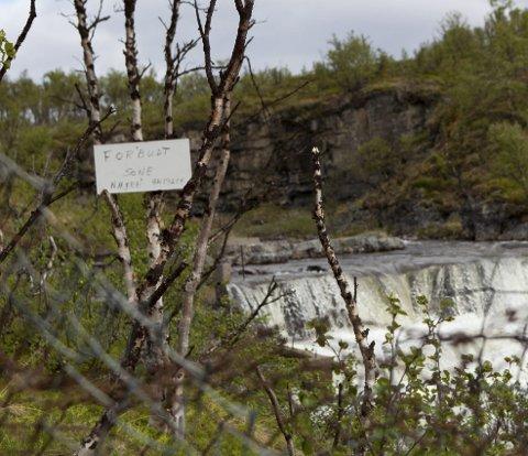 Vesterelvfossen: Gjerdets svakeste punkt er godt skiltet. Den kjente badeplassen er lenger opp i fossen.