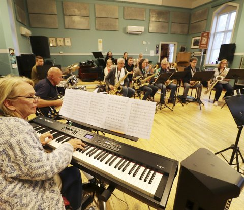 Øver inn det siste: Holmestrand Storband var samlet til øvelse på Sangens og musikkens hus tirsdag kveld for finpussing av konserten. Foto: Pål Nordby
