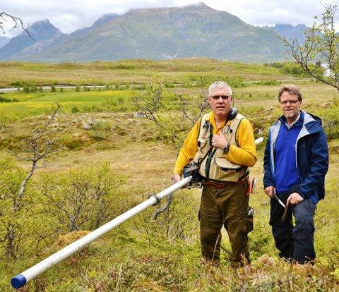 Geologer fra NGU med et instrument som kan lokalisere grafitt i bakken mer detaljert (Foto: Bjørnar Hansen)