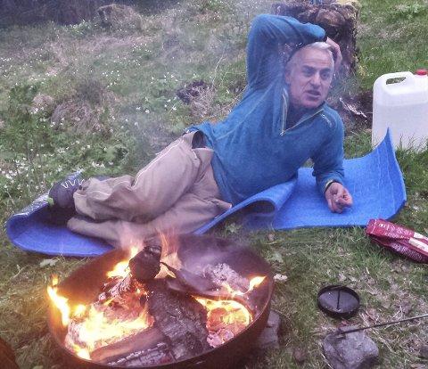 MATLAGING: Mohnsen Shazidi sørget for at middag og kaffe ble tilberedt på bål. Foto: Hilde Tjønnås Karlsen