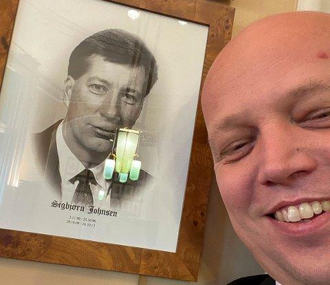 SELFIE MED JOHNSEN: Her har finansminister Trygve Slagsvold Vedum (Sp) tatt en selfie ved siden av bildet på veggen i Finansdepartementet av tidligere finansminister Sigbjørn Johnsen (Ap).