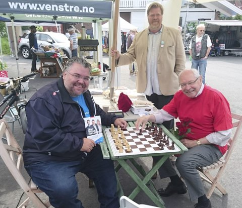 ENIGE: Morten Wold (Frp) og Martin Kolberg (Ap) er enige om at det i noen sammenhenger kun finnes ett parti – som i sjakk. Arne Adolfsen (bak) sjekker at alt går som det skal.