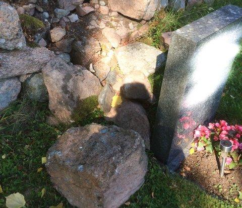 RASTE UT: Steinmuren ved en av gravene på Klokkarstua raste ut.