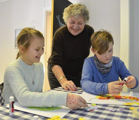 Entusiastiske: Mathilde Larsgård (9) og Halvor Kise (9) lager fantasidyr på Hvalfangstmuseet. Halvors bestemor, Inger Andersen Kise, roser vinterferieopplegget. Fortellerstunden starter klokka 12.00, og barneverkstedet klokka 12.30.