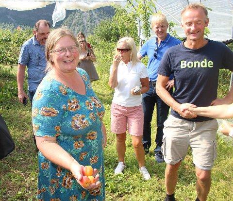 UROA FOR SESONGEN: Kari Sigrun Lysne, bonde i Lærdal og representant i bondelaget, er spent på om bøndene får nok sesongarbeidarar i år.