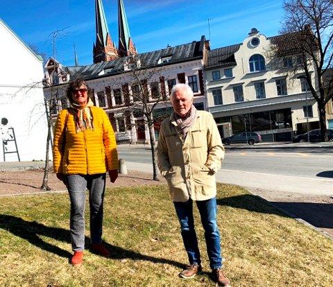 OPTIMISTER: Else Skau og Helge Pedersen har i lengre tid jobbet med å få til et minnesmerke over Kjell Staal Eggen og flyktende barn i Skien sentrum. De har tro på at det kan stå ferdig våren neste år.