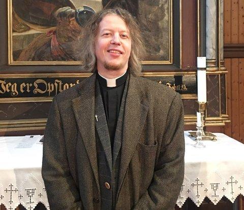 Sindre Stabell Kulø er sogneprest på Frei, men tok over som prost på Ytre Nordmøre da Gerd Anne Aarset gikk av med pensjon den 1. april.