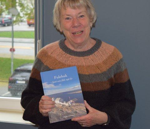 KYSTHISTORIE: Fulehuk fyr er 200 år gammelt i år, og Hilde Ahlsen er klar med jubileumsboken.