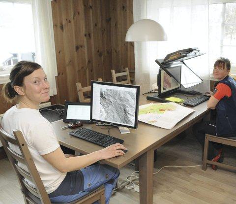 Plotter inn: Lena Rubensdotter og Gro Sandøy legger informasjonen de har hentet inn i kartene. (Foto: Helge Gudheim)