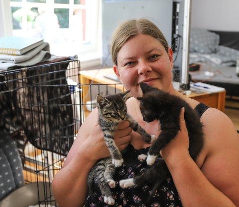 OMSORG: Henriette Tiltnes i Sommerkatten har tatt til seg de seks kattungene inntil videre.