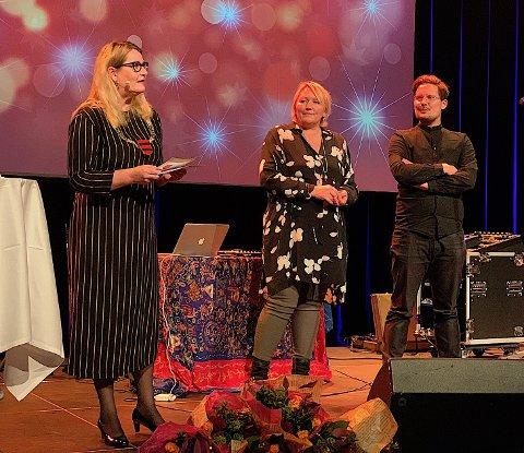 Linda Skomakerstuen (i midten) ble i går tildelt fylkeskommunens kulturstipend på 50 000 kroner. Her deles stipendet ut av fylkesordfører Gro Bråten. Prisvinner nummer to, Håkon R. Gåre.