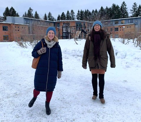 GLEDER SEG: Meyla Sylvestog Enerly og Frøydis Strømme Jørve er glade for at arbeidet med skolegården på Ammerud gir resultater.