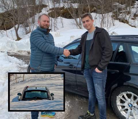 Både selger og kjøper var fornøyd med handelen av den omtalte BMWen. Andreas Larssen til venstre og kjøper til høyre.
