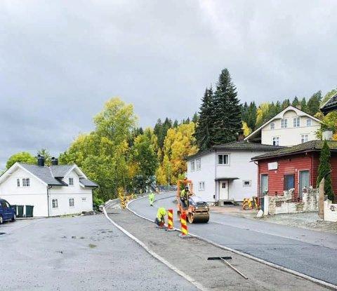 OPPRUSTNING: Denne svingen er rettet ut og det er blitt gangvei og nye gatelys i Skotselv.