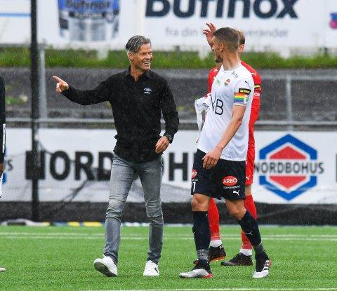 GOD TONE: Her prater MIF-trener Vegard Hansen (t.v.) og SIF-kaptein Gustav Valsvik om situasjonen på slutten der mange trodde Valsvik handset.