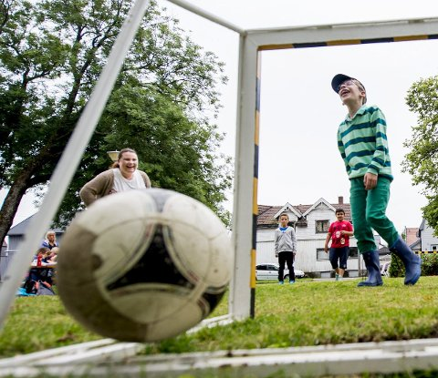 Mål! Hans Jakob Skjønberg-Nymo fra Råkollen SFO fryder seg over at han får ballen rett i mål. Lekeplassen på Trosvik torv har flere muligheter for barn i mange aldre.alle foto: erik hagen