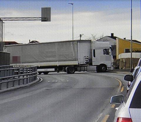SPESIELT: Flere biler ble stående i kø da dette vogntoget sto på tvers på brua onsdag i forrige uke.