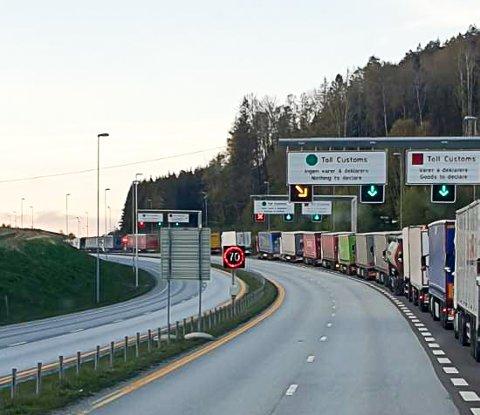 KONTROLL: Når Statens vegvesen har kontroll av vogntogene på Svinesund og det er lange køer ved Tollekspedisjonen står det køer av vogntog over Svinesundsbrua og inn i Sverige.