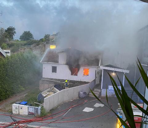 VÅKNET: Det var stor røkutvikling i nabolaget da brannen sto på. Beboerne i huset som brant, samt tilstøtende hus, kom seg ut i tide. Det var en stund fare for spredning, men Fredrikstad brannvesen fikk avverget dette.