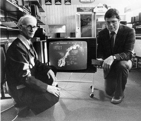 FINE GREIER: Tekst-TV var en snedig oppfinnelse. TV-selger til høyre og Radio-Elektros Trygve Hansen til venstre.
