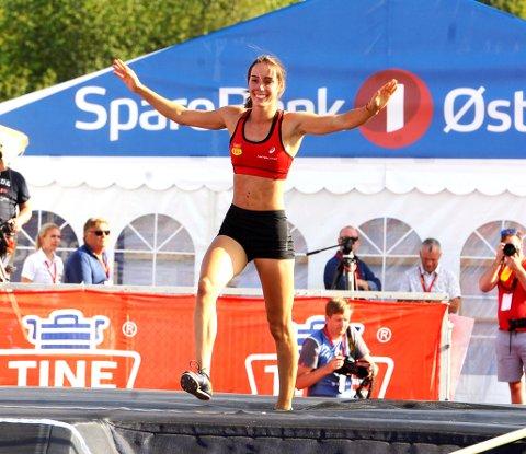 Moelv-jenta Lene Retzius jubler over NM-gull nummer fem og ny mesterskapsrekord i stav.